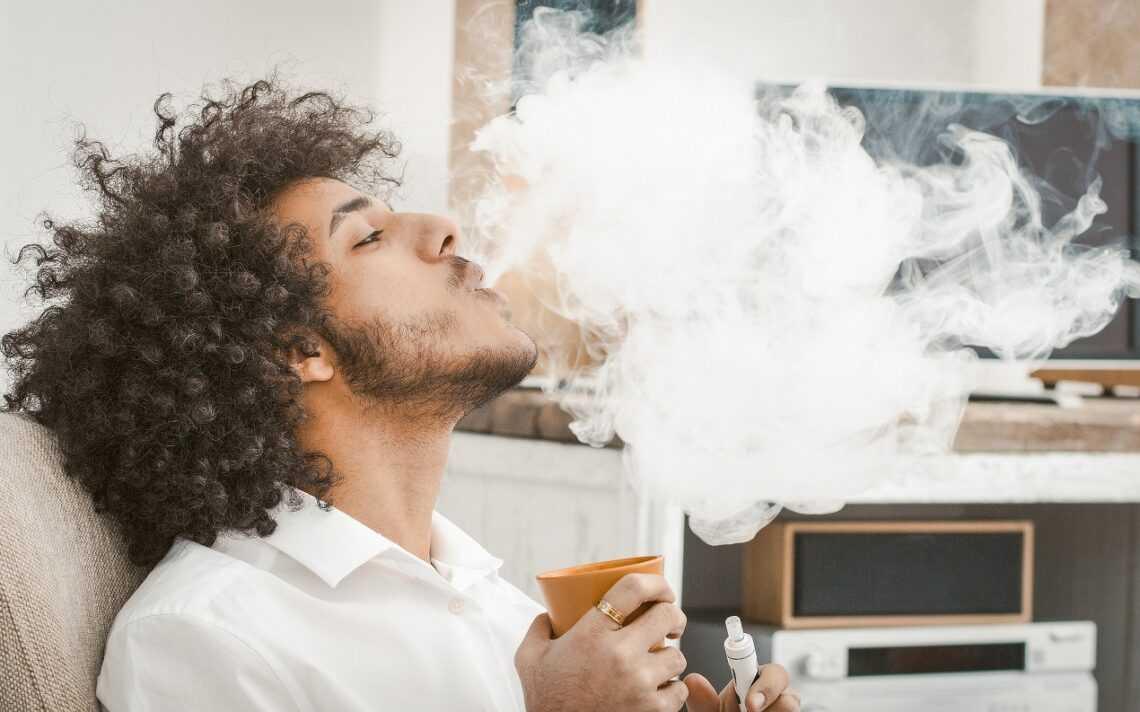 """""""Kop w gardło"""" a """"kop w płuco"""". Metody palenia e-papierosów"""